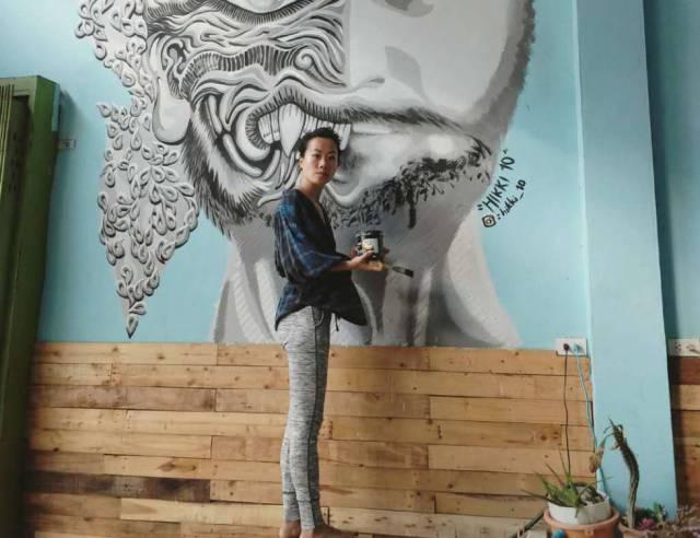 La artista Luanna Lee, junto a una de sus creaciones en un albergue en Bangkok (Tailandia), en la pasada primavera. ARTRVL